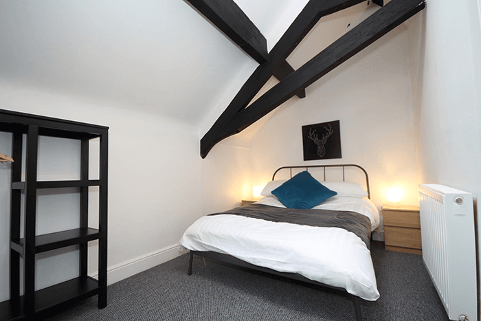 Spacious room and bed in Oxford